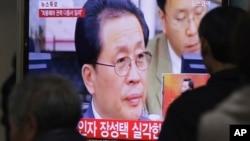 人們在首爾地鐵站觀看金正恩姑父張成澤可能下台的電視報道