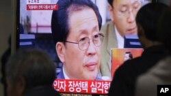 Pantallas de televisión Seúl que muestran la foto del tio de Kim Jong Un, Jang Song Thaek, destituido en Corea del Norte.