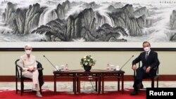 美国副国务卿谢尔曼在天津与中国外长王毅会面。(2021年7月26日)
