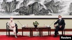 美國副國務卿謝爾曼在天津與中國外長王毅會面。(2021年7月26日)