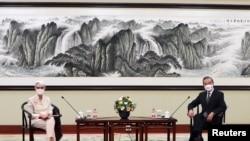 美國副國務卿謝爾曼在天津與中國外長王毅會面。 (2021年7月26日)