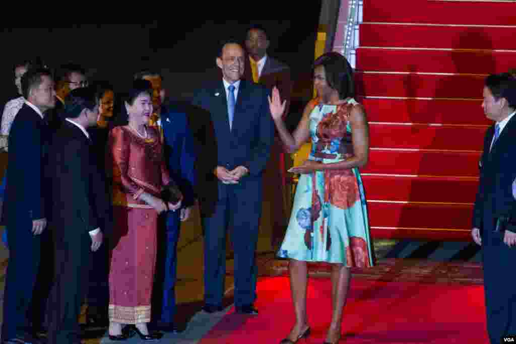 Michelle Obama arrived at Siem Reap International Airport. She was greeted by Cambodia first lady Bun Ranny Hun Sen, Education Minister Hang Chuon Naron, and the U.S embassador. (Photo by Neou Vannarin/VOA Khmer)