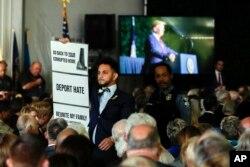 El delegado de Virginia, Ibraheem Samirah, Demócrata por Fairfax, es escoltado fuera de un auditorio después de interrumpir al presidente Donald Trump cuando hablaba en un evento por el 400 aniversario de la primera asamblea representativa, el 29 de julio de 2019, en Jamestown, Virginia.
