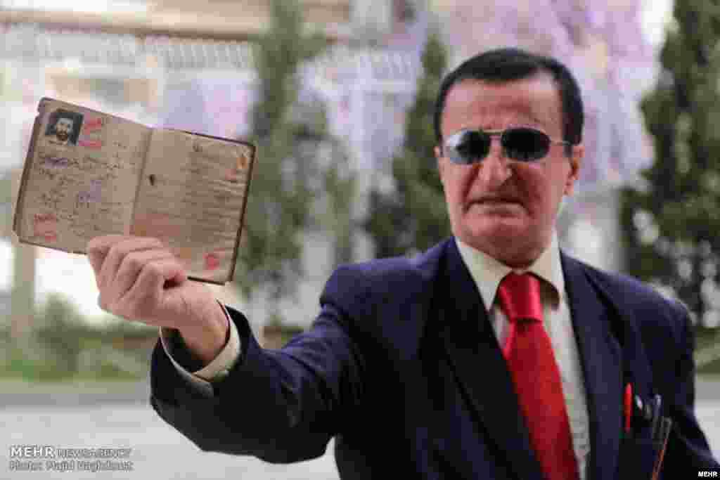 روز نخست ثبت نام کاندیداهای انتخابات ریاست جمهوری؛ مرد کراواتی عکس: مجید حق دوست