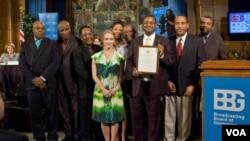 El Servicio Creole, de la Voz de América, fue galardonado por su importante trabajo informando 24 horas diarias inmediatamente después del terremoto en Haití.