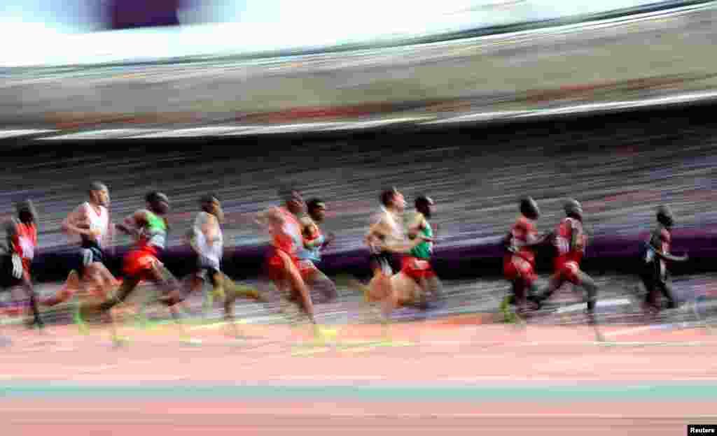 Các vận động viên tranh tài vòng đầu môn chạy 5000 mét, ngày 8 tháng 8 năm 2012. REUTERS/Dylan Martinez