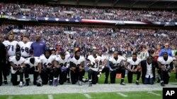 美國NFL球隊巴爾的摩烏鴉隊球員在與傑克遜維爾美洲虎隊的比賽前奏國歌儀式上集體單腿跪地(2017年9月24日)