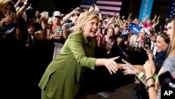 El ex contrincante de Clinton en las primarias, el senador Bernie Sanders; y el ex presidente Bill Clinton, también estarán presentes en la convención.