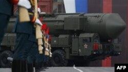 """Ракетный комплекс стратегического назначения """"Тополь-М"""" на Красной площади."""