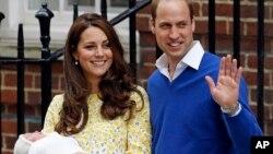 Putri Charlotte saat dibawa keluar dari St. Mary's Hospital oleh ibunya, Duchess of Cambridge, dan ayahnya, Pangeran William, 2 Mei lalu.