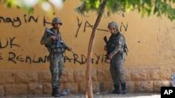 10일 시리아 접경지역인 터키 샨리우르파 아크카칼레에서 터키군들이 보초를 서고 있다.
