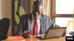 Gerald Abila, founder of Barefoot Law, answers Ugandans' legal questions by SMS, Facebook, Twitter and Skype, May 27, 2014. (H. Heuler/VOA News)