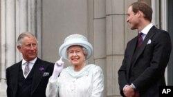 Britanski princ Heri i princ Vilijam sa kraljicom Elizabetom Drugom na balkonu Bakingemske palate, 5. jun 2012.