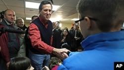 1月4号美国共和党总统参选人里克·桑托洛姆在新罕布什尔州和孩子们握手