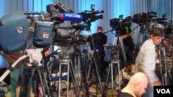 2013年末普京新闻会上的俄罗斯官方,以及其他媒体。(美国之音白桦拍摄)