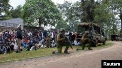 Các cảnh sát Kenya chống lại tay súng ở sở cảnh sát Kapenguria, Kenya, ngày 14 tháng 7 năm 2016.