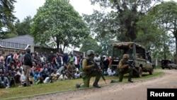 Des officiers de police kényans tiennent leurs positions à Kapenguria, Kenya, le 14 juillet 2016.