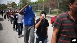 Arhiva - Migranti se vraćaju u Meksiko, preko mosta Puerta Meksiko preko reke Rio Grante, na granici SAD i Meksika, 31. jula 2019.
