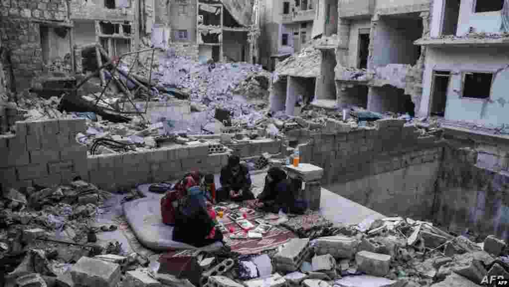 시리아 북부 이들리브주 아리하 마을에서 가족이 라마다 금식 종료를 맞아 '금식을 깬다'는 의미의 이프타르(Iftar) 식사를 하고 있다.
