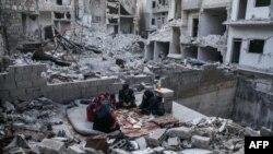 지난 5월 시리아 북부 이들리브주 아리하 마을에서 가족이 라마다 금식 종료를 맞아 '금식을 깬다'는 의미의 이프타르(Iftar) 식사를 하고 있다.