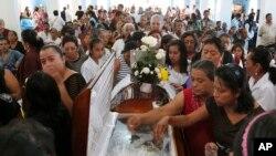 지난 21일 멕시코 베라크루즈 주 파소블랑코의 '아순시온의 성모' 성당에서 최근 납치 살해된 호세 알프레도 수라에스 사제의 장례식이 열렸다.