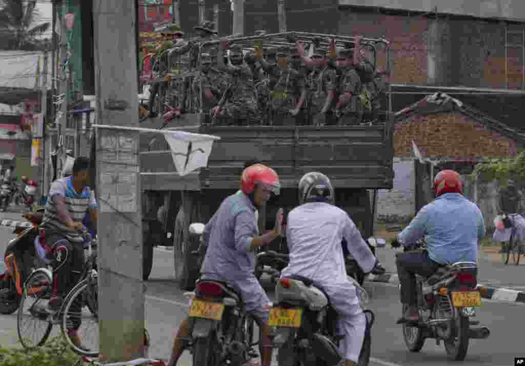 فضای امنیتی و نظامی در پایتخت سریلانکا هشت روز بعد از حملات انتحاری ادامه دارد.