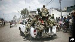 Foto tertanggal 1-12-2012 ini memperlihatkan pasukan M23 ketika meninggalkan Goma dan menyanyikan lagu-lagu kemenangan dalam bahasa Kinyarwanda, yang digunakan di Rwanda.