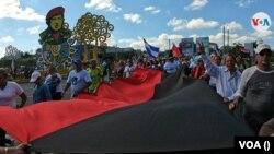 Simpatizantes del gobierno de Daniel Ortega marchan en la Avenida Hugo Chávez, en Managua, Nicaragua. Foto archivo VOA.