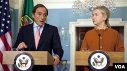 Menteri Luar Negeri Portugal Paulo Portas (kiri) dan Menteri Luar Negeri Amerika Hilary Rodham Clinton mengecam langkah Israel atas pembangunan permukiman Yahudi (27/9).