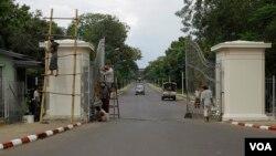 Công nhân sửa chữa cổng vào trường Đại học Rangoon ở Miến Điện.