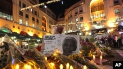 Bunga, lilin, pesan duka cita di Lapangan Nelson Mandela, Sandton, Johannesburg, 7 Desember 2013.