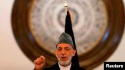 Tổng thống Afghanistan Hamid Karzai đọc diễn văn từ giã các nhân viên chính phủ ở Kabul, ngày 23/9/2014.