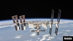 俄罗斯联盟号宇宙飞船2018年10月4日与国际空间站脱离后,宇航员从飞船上拍摄的国际空间站照片,