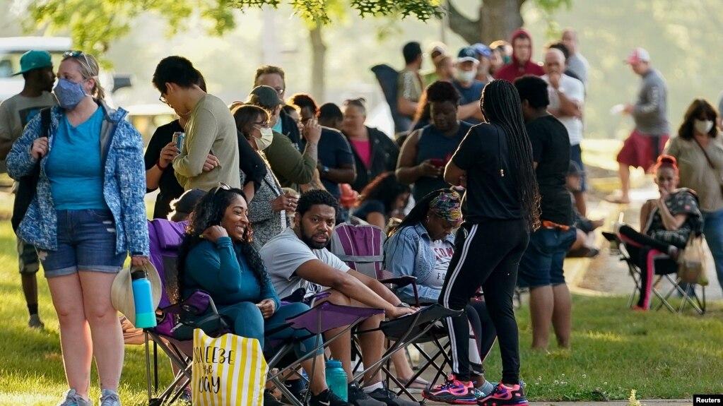 Njerëzit që kërkojnë punë presin në radhë përpara Qendrës për Karrierën, në Kentucky