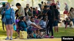 Kentucky eyaletinin Frankfort kentinde sıraya giren yüzlerce kişi, işsizlik yardımı başvurusu yapmak için bekliyor.