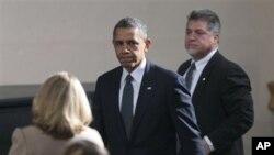 Tổng thống Obama (giữa) đến thị trấn Newtown vào lúc bắt đầu buổi lễ liên tôn, cầu nguyện cho các nạn nhân trong vụ cuồng sát tại Trường Tiểu học Sandy Hook, ở Newtown, bang Connecticut 16/12/12
