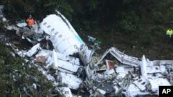 Nhân viên cứu hộ tại hiện trường vụ rơi máy bay bên ngoài thành phố Medellin, Colombia, 29/11/2016.