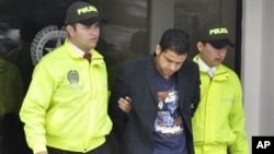 Terdakwa kasus suap pembangunan Wisma Atlet Sea Games, Muhammad Nazaruddin (tengah) saat ditangkap di Kolombia (foto: dok).