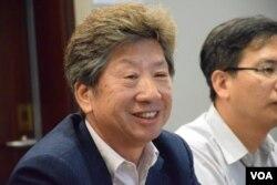 民主思路召集人湯家驊出席泛民集思會,匯報他最近與北京官員會面的情況。(美國之音湯惠芸攝)