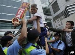 Heurts entre partisans de Liu Xiaobo et la police à Hong Kong