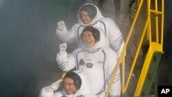 El cosmonauta ruso Anton Shkaplerov (abajo), el astronauta estadounidense Scott Tingle (en el medio) y el astronauta japonés Norishige Kanai, llegaron a la Estación Espacial Internacional el martes, 19 de diciembre de 2017.