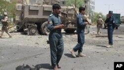 Beberapa polisi Afghanistan memeriksa lokasi serangan bunuh diri bulan Agustus lalu(foto: dok). Serangan Senin (2/12) pagi menewaskan 4 polisi Afghanistan.
