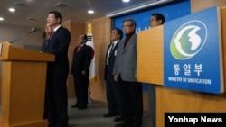 류길재 한국 통일부 장관이 지난해 12월 정부서울청사 브리핑룸에서 남북간 상호 관심사에 대한 당국자 대화를 가질 것을 북측에 공식 제의하고 있다. (자료사진)