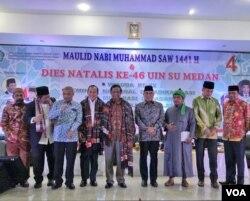 Menkopolhukam, Mahfud MD (tengah batik cokelat) saat hadir di seminar nasional deradikalisasi di Universitas Islam Negeri Sumatera Utara (UINSU) Kota Medan, Selasa (26/11).