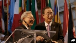 El secretario general de la ONU, Ban Ki-moon, derecha, recibe la llave de la ciudad de San Francisco, por parte del alcalde Ed Lee, en una ceremonia por el 70 aniversario de la carta de la ONU, el viernes, 26 de junio de 2015.