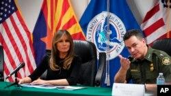 梅拉妮婭在訪問位於亞利桑那州圖森的一處美國海關與邊境保護局設施期間與美國邊境巡邏局圖森段總巡邏員魯道夫卡里什交談。(2018年6月28日)