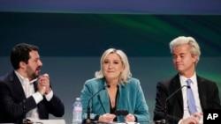 2016年1月29日,意大利北方联盟的萨尔维尼、法国极右领导人勒庞,以及荷兰议员威尔德斯(图中右者),在意大利米兰的一次欧洲民族主义者大会期间出席记者会。