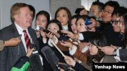 지난달 18일 한국을 방문한 로버트 킹 미 국무부 북한 인권특사가 서울 외교부 청사에서 관계자들을 만난 후 취재진과 인터뷰하고 있다. (자료사진)