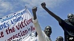 Mamia ya raia wa Sudan kusini wakiwa kwenye maandamano kupinga wanajeshi wa Sudan Kaskazini kuingia Abyei