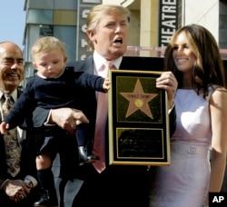 2007年1月16日,电视节目《名人学徒》的制作人川普获得好莱坞星光大道上的一颗星。他手拿星星,和妻子梅兰尼亚、儿子巴伦合影